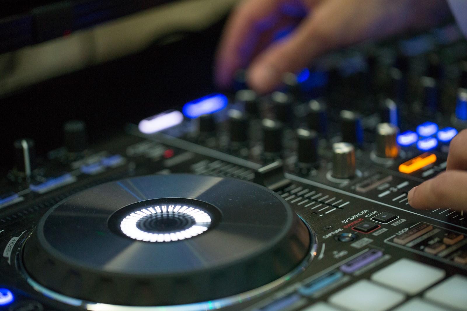 Sesion de baile en directo a cargo de dj dani, el disck jockey responsable de la programación musical de la disco mobil con la que puedes bailar y festejar en cualquier celebración