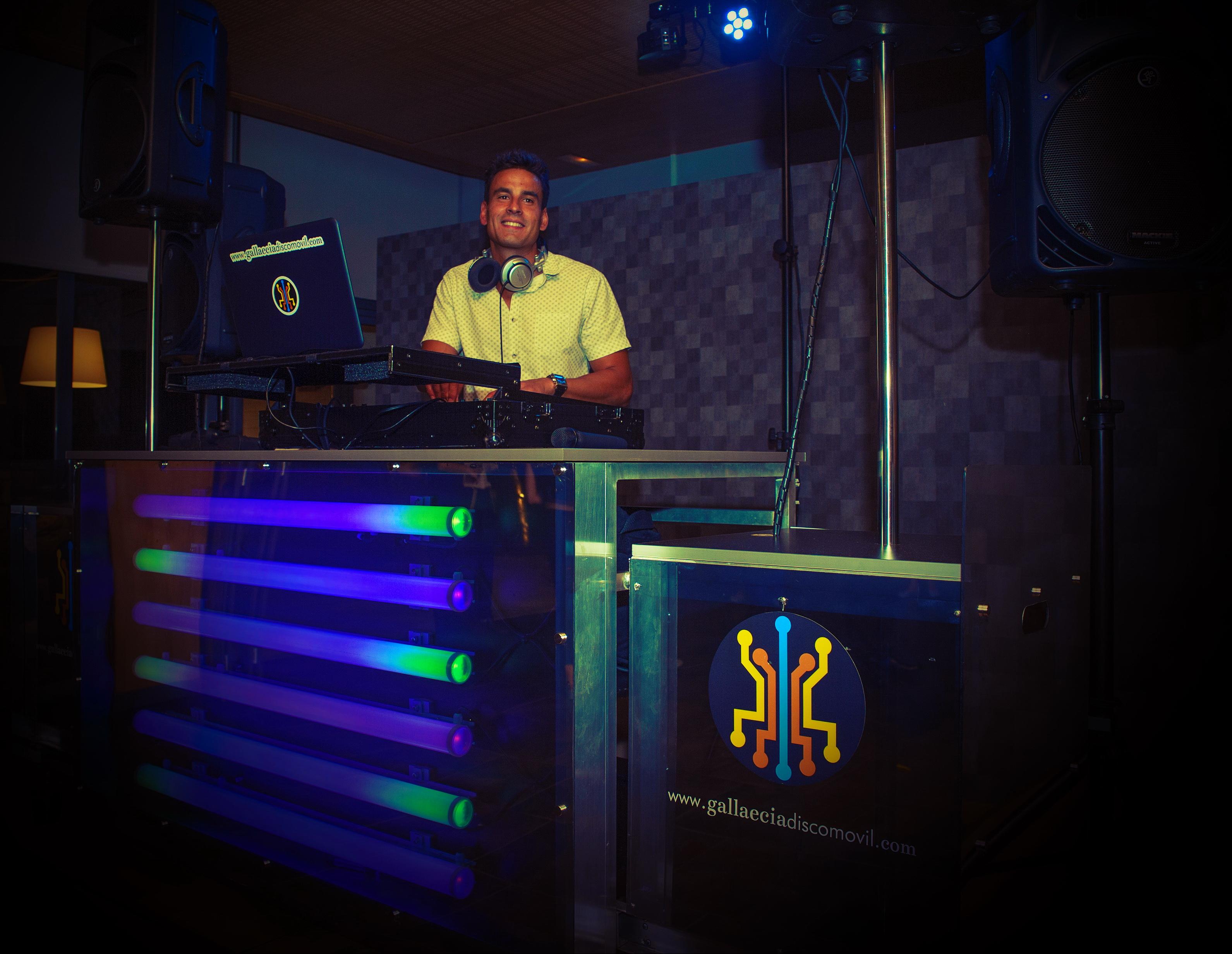Sesion de dj personalizada a cargo de la discoteca mobil adecuada para una fiesta de boda