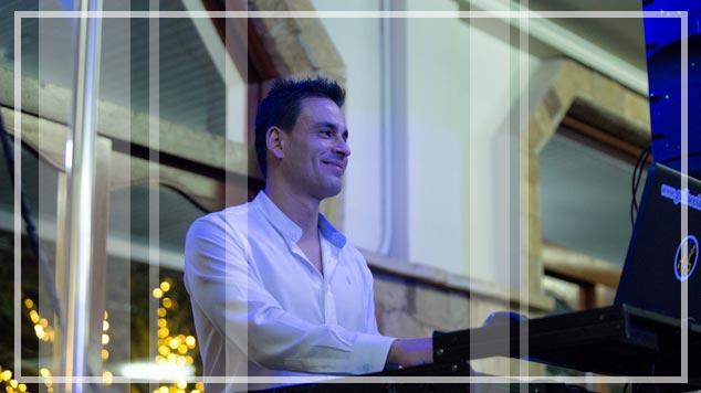 Dani dj director de Gallaecia discomovil preparando el equipo profesional de dj con el que realiza sus actuaciones de disco movil