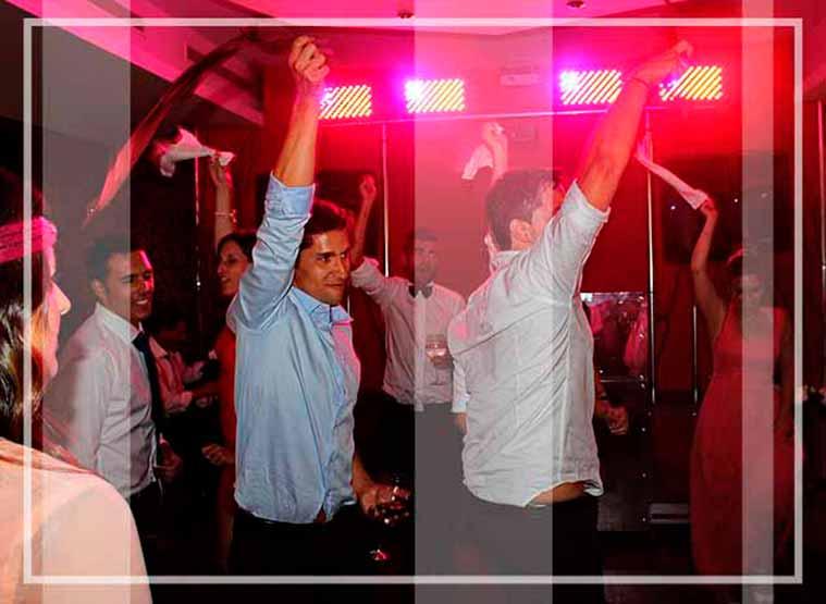 Discotecas moviles profesionales para animar tu fiesta, como en esta discomovil bodas donde todo el público baila alegremente
