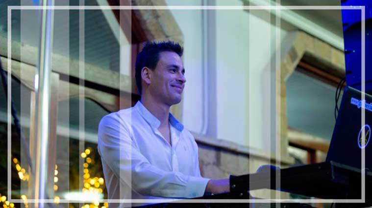 El dj director de Gallaecia discomovil preparando el equipo profesional de djs con el que realiza sus actuaciones de disco movil