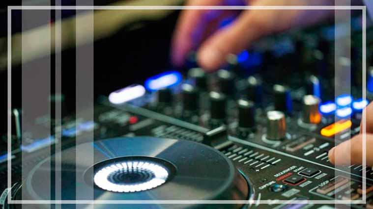 Sesión de música y baile en directo a cargo de dani dj, el disk jockey responsable de la programación musical de la disco mobil del momento