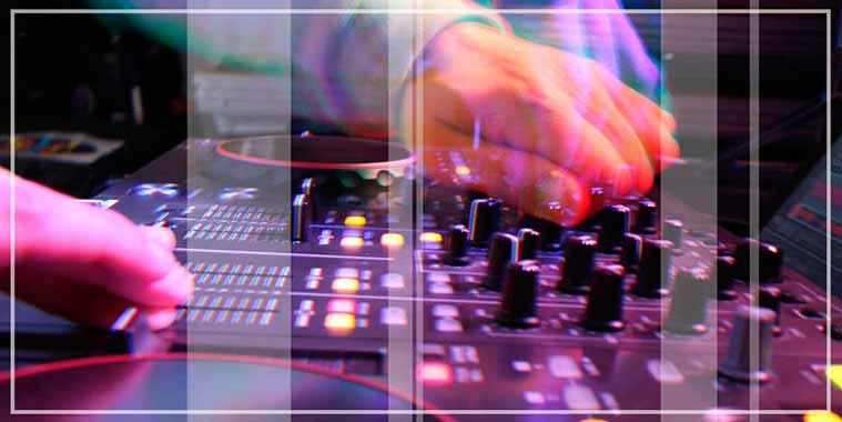dj actuando en vivo en una fiesta amenizada con una disco movil